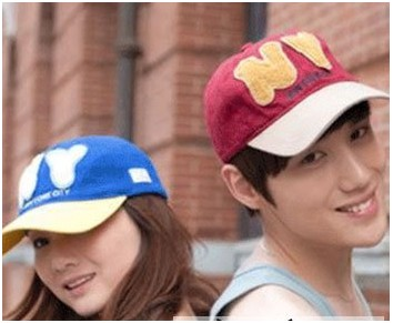 鲜艳色情侣棒球帽搭配