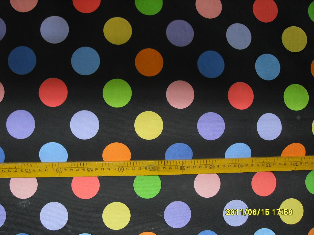 44寸13372t/c印黑底彩色圆点花