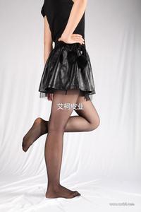 2013秋冬新款女装 蕾丝内衬 兔毛球腰带真皮羊皮百折裙