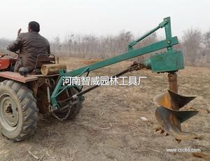 还有一种是挖坑设备安放在单独的拖车上由拖拉机牵引,动力由液压泵图片